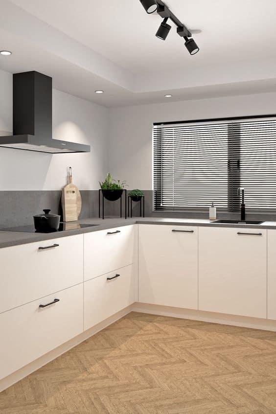 Keuken renovatie met witte keukenkasten met vissengraat vloer