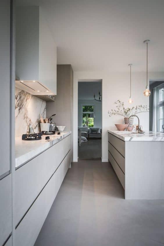 Grijze keukenrenovatie met marmeren keukenblad