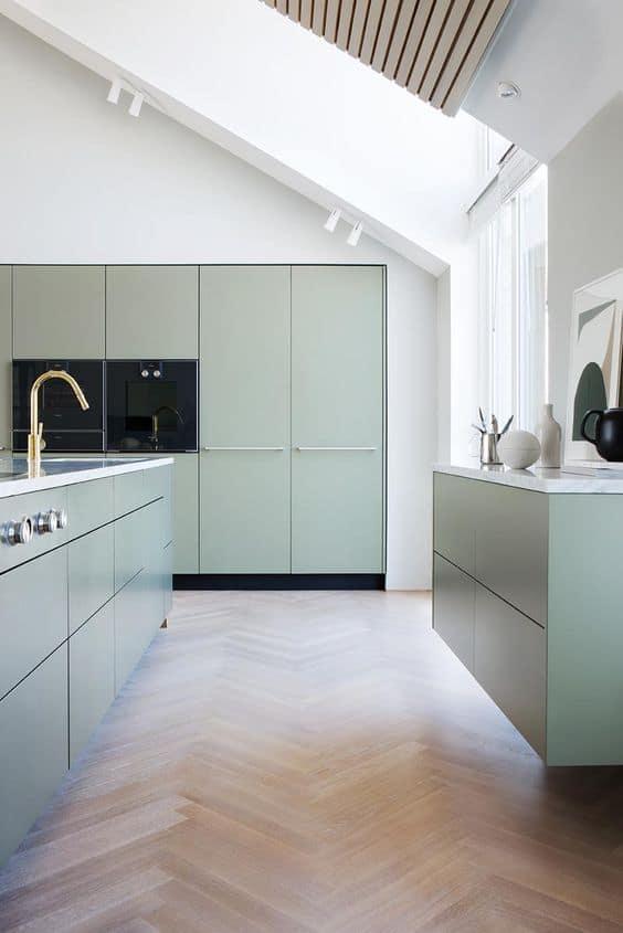 Pastel keukenkastjes met gouden kraan